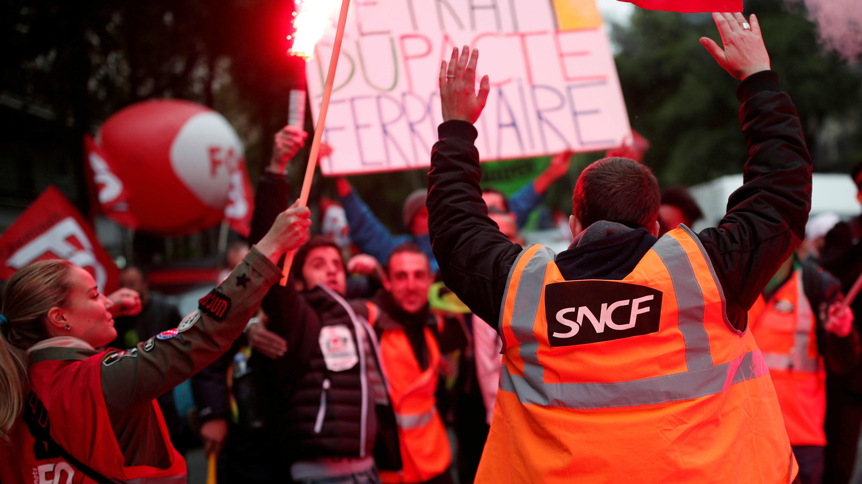 Los empleados franceses de la compañía ferroviaria SNCF y los miembros del sindicato se manifiestan como parte de una huelga nacional en París, Francia, el 14 de mayo de 2018.