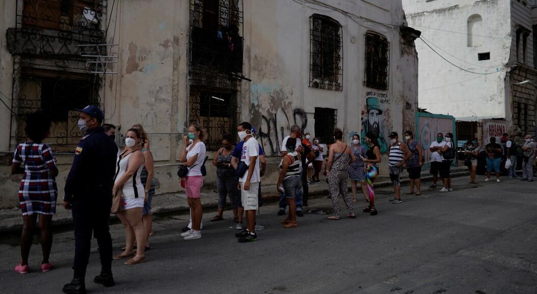 Algunas personas esperan  en la fila para ingresar a una tienda que vende productos en dólares estadounidenses, en La Habana, Cuba, el 20 de julio de 2020.