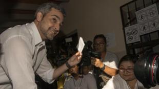 El candidato a la presidencia de Paraguay por el Partido Colorado, Mario Abdo, vota en una mesa electoral de Asunción, Paraguay, el 22 de abril de 2018.