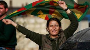 امرأة في تجمع في بلدة الجندرية الكردية بالقرب من الحدود السورية التركية في 6 شباط/فبراير 2018.