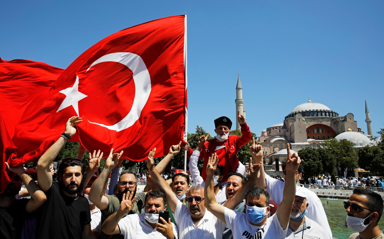 Fieles esperan el comienzo de las oraciones fuera de la la mezquita de Santa Sofía, desde que fue convertida nuevamente en mezquita. Estambul, Turquía, el 24 de julio de 2020.