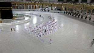 عدد محدود جدا من المصلين حول الكعبة في مكة المكرمة تحسبا لانتشار فيروس كورونا في 27 نيسان/ابريل 2020