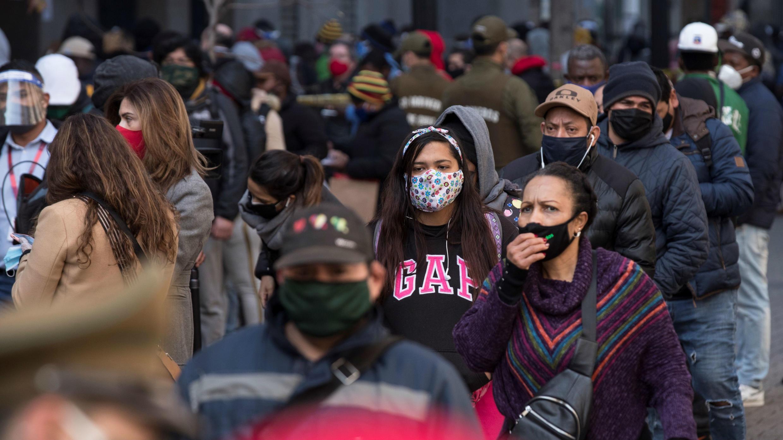 Ciudadanos hacen fila frente a una de las oficinas de las Administraciones de Fondos de Pensiones (AFP) para hacer retiros parciales de sus ahorros, en Santiago, Chile.