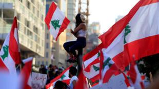 متظاهرون في شوارع لبنان للمطالبة برحيل الطبقة السياسية