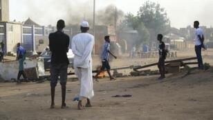 Des Soudanais érigent des barricades de fortune à Khartoum, le 4 juin 2019.
