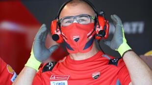 Un mecánico del equipo Monster Energy Yamaha, con mascarilla durante un entrenamiento del Gran Premio de España de MotoGP el 15 de julio de 2020 en Jerez de la Frontera