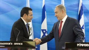 جيمي موراليس وبنيامين نتانياهو في مؤتمر صحافي بالقدس بعد توقيع اتفاق ثنائي في 28 تشرين الثاني/نوفمبر 2017