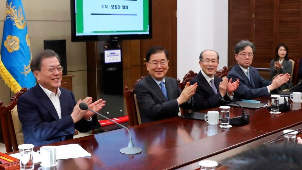 """El presidente de Corea del Sur, Moon Jae-in, felicitó a todo el equipo de 'Parasite', en especial a su director por concebir y dirigir lo que el mandatario consideró como """"una historia coreana única"""","""
