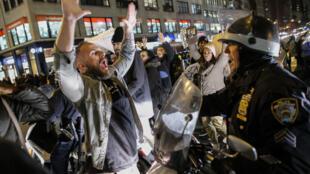 Un manifestant fait face à un policier à Manhattan, dans la nuit du 3 au 4 décembre