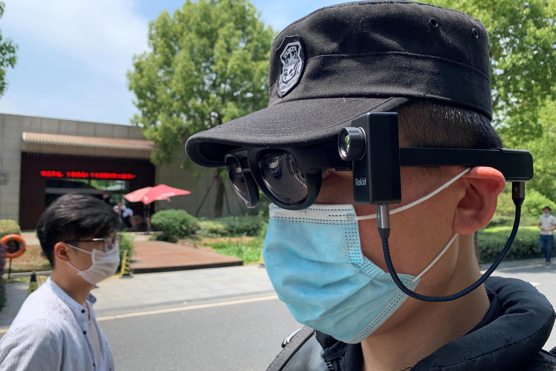 Un garde équipé d'une caméra thermique, le 30 avril 2020, à Hangzhou, en Chine.