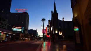جادة هولييود في لوس أنجليس بولاية كاليفورنيا الأميركية شبه مقفرة في 5 أيار/مايو 2020 وسط تدابير الإغلاق في ظل انتشار فيروس كورونا المستجد