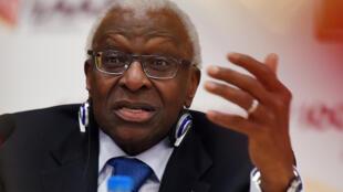 Lamine Diack, alors président de l'IAAF, s'exprime lors d'une conférence de presse à Pékin, le 21 août 2015.