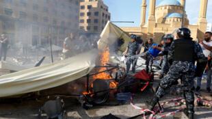 Des dizaines d'assaillants ont lancé une attaque contre le principal site de rassemblement des manifestants, à Beyrouth.