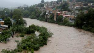 Vista del río Choluteca desbordado luego de fuertes lluvias en Tegucigalpa, Honduras, el 6 de octubre de 2018.
