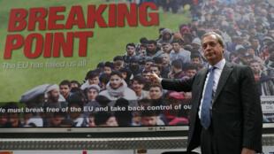 Le chef du parti nationaliste Ukip, Nigel Farage, lors de la présentation de l'affiche de campagne pro-Brexit, le 16 juin à Londres.