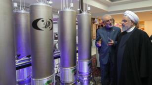 """Le président iranien Hassan Rohani (à droite) et le président de l'organisation iranienne de la technologie nucléaire Ali Akbar Salehi lors de la """"journée de la technologie nucléaire"""" à Téhéran, le 9 avril 2019."""