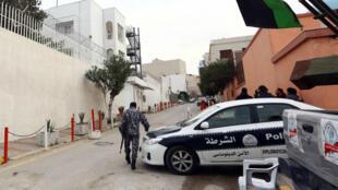 Un véhicule de police stationné devant l'ambassade italienne, à Tripoli, en Libye, le 15 février 2015.