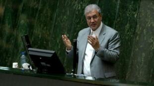 وزير العمل الإيراني علي ربيعي يتحدث أمام البرلمان في 13 آذار/مارس.