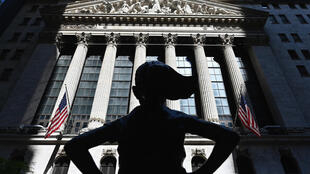 "La statue ""Fearless Girl"" face au New York Stock Exchange (NYSE) à Wall Street (New York), le 29 juin 2020"