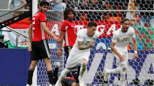 José María Giménez luego de anotar el gol de cabeza contra Egipto.