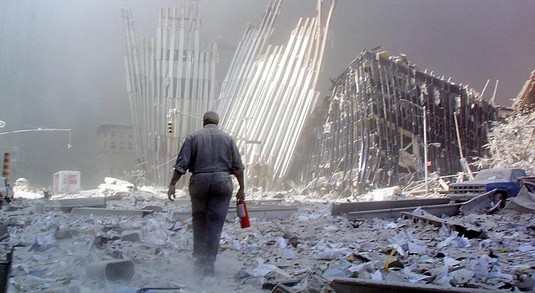 Archivo-Un hombre con un extintor de incendios camina entre los escombros después del colapso de la primera torre del World Trade Center en Nueva York, el 11 de septiembre de 2001.