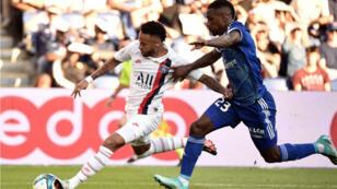 Neymar face au défenseur strasbourgeois Lionel Carole.