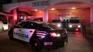 Una patrulla de policía es vista en la entrada del área de emergencias del hospital Santo Tomás, al que fueron trasladados heridos del tiroteo en La Joyita, en Ciudad de Panamá, el 18 de diciembre de 2019.