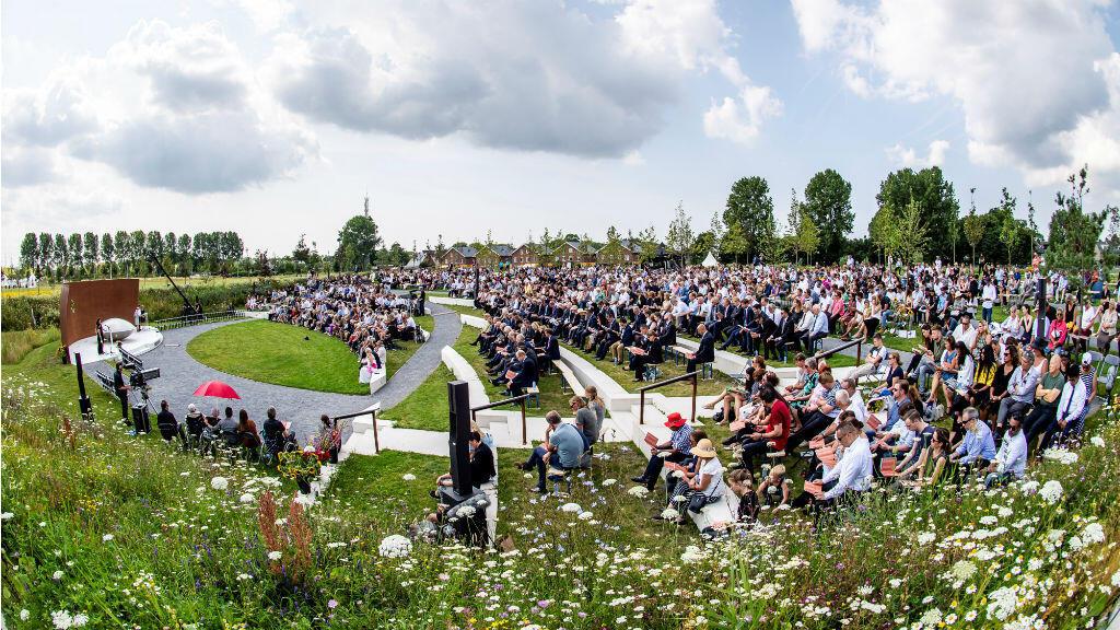 Los familiares asisten a una ceremonia conmemorativa en memoria de las víctimas del accidente aéreo del vuelo MH17 de Malaysia Airlines en el quinto aniversario del accidente, en Vijfhuizen, Países Bajos, 17 de junio de 2019.