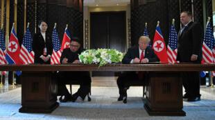"""Le leader nord-coréen Kim Jong-un et le président américain ont signé un document marquant """"une nouvelle ère"""" mardi 12 juin à Singapour."""