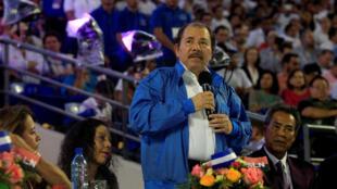 El presidente de Nicaragua, Daniel Ortega, brinda un discurso durante la inauguración del estadio de béisbol Dennis Martínez en Managua, el 19 de octubre de 2017.