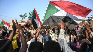 Manifestantes con banderas de Sudán durante la marcha del pasado 30 de abril en Jartum.
