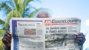 Un homme lit une édition du quotidien France-Antilles, le 30 janvier 2020 à Pointe-à-Pitre