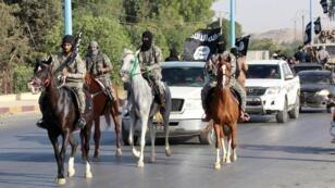 """عناصر من تنظيم """"الدولة الإسلامية"""" في الرقة بسوريا - 30 يونيو/ حزيران 2014"""