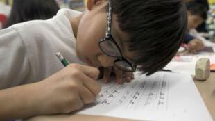 Tenir un stylo permet de rester plus concentré sur ce que l'on écrit que si l'on tapait sur un clavier. Mais cela ne revient pas non plus à devoir rejeter toute forme de nouvelles technologies...