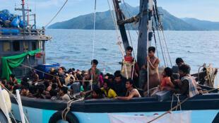 قارب مكتظ بمهاجرين يشتبه بأنهم من الروهينغا أثناء توقيفه في المياه الإقليمية الماليزية قبالة جزيرة لانكاوي في 5 نيسان/أبريل 2020