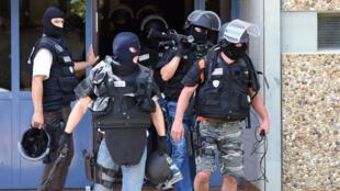 La Brigade de recherche et d'intervention (BRI) a perquisitionné l'appartement de Yassin Salhi, à Saint-Quentin-Fallavier, le 26 juin 2015.