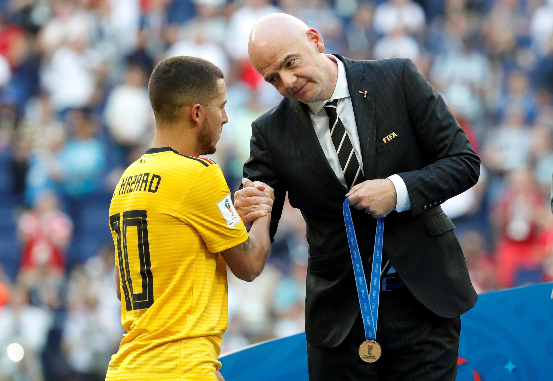 El jugador belga Eden Hazard, quien anotó el segundo gol, recibe una medalla del presidente de la FIFA, Gianni Infantino, después de ganar el tercer puesto en la Copa del Mundo Rusia 2018.