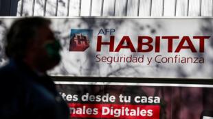 Las Administradoras de Fondos de Pensiones (AFP) fueron creadas en 1981 en plena dictadura de Augusto Pinochet como el primer sistema de pensiones de capitalización absolutamente individual