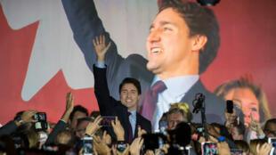 Justin Trudeau arrive sur scène à Montréal, le 20 octobre, après la victoire écrasante de son parti aux législatives.
