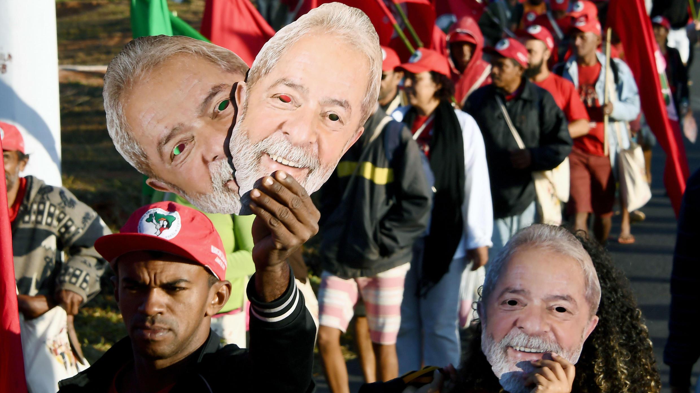 Las principales calles de Brasilia, la capital fueron escenario para que decenas de personas salieran a marchar a favor de la inscripción de Lula da Silva, como candidato.