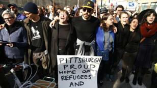 Decenas de personas participaron en las manifestaciones contra la visita del presidente estadounidense, Donald Trump, a la sinagoga en la que fueron asesinadas 11 personas en Pittsburgh, Pensilvania. 30 de octubre de 2018.
