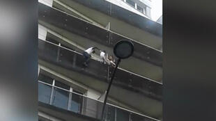 Un jeun Malien sans papiers a secouru, samedi 26 mai, un enfant suspendu à un balcon à Paris.