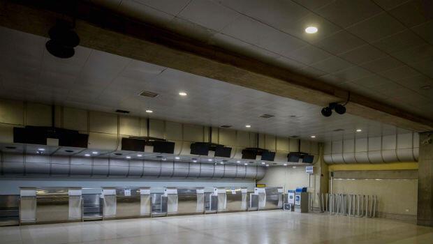 Los puntos de atención de Copa Airlines en el Aeropuerto Internacional Simón Bolívar, en Maiquetia, Venezuela, quedaron sumidos en la soledad tras la suspensión de las relaciones financieras ordenada por el Gobierno de Nicolás Maduro.