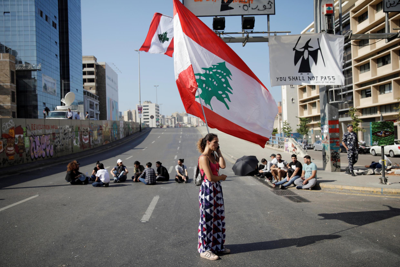 متظاهرون لبنانيون يغلقون طريقا في بيروت، 4 أكتوبر/تشرين الأول 2019