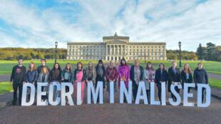 Des personnes prennent part à un rassemblement d'Amnesty International en faveur des droits des femmes à Belfast, le 21 octobre 2019.