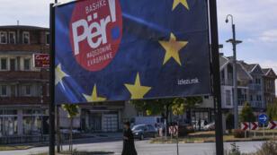 """Une affiche écrite en albanais en faveur du """"oui"""", le 28 septembre 2018, près de Tetovo, affirme """"Ensemble pour une Macédoine européenne""""."""