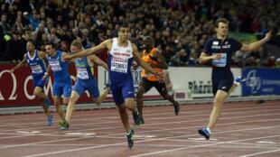 Adam Gemili passe la ligne d'arrivée du 200 m devant Christophe Lemaitre