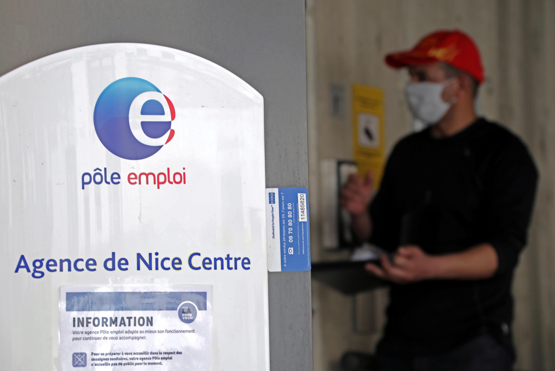 Un demandeur d'emploi au guichet de l'agence Pôle Emploi de Nice, le 18 mai 2020.