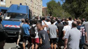 La police surveille une manifestation de Corses à Lupino, un quartier populaire de Bastia, le 14 août 2016.
