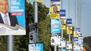 Des affiches électorales dans une rue de Cape Town, en Afrique du Sud, le 1er mai 2019.